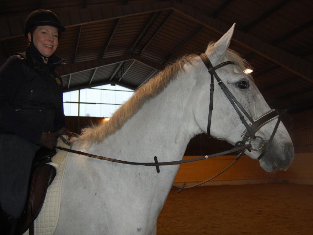 Ellinor skulle ta bilder på oss idag, men antingen såg jag eller hästen konstiga / sura ut. Här vill Ellinor att jag ska ta fram huvudet för att dölja en lampa bakom mig (hon kunde själv inte flytta på sig?). Vi ser i alla fall glada ut...